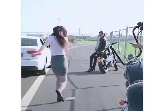 Video viral: el increíble tiro de una sexy chica con minifalda que fascina