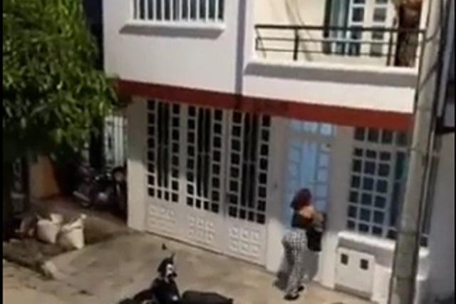 Video: Mujer escapa por el balcón para huir de esposa furiosa