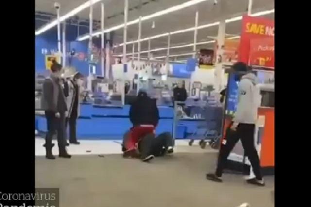 Video: Cliente da golpiza a trabajador de Walmart por pedirle use cubrebocas