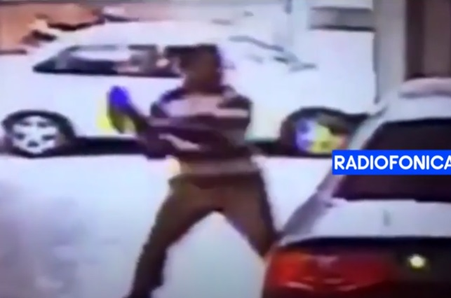 Video: Sujeto entra a agencia de autos con hacha y daña Audi