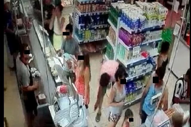Video: Captan a hombre que graba bajo la falda de una mujer