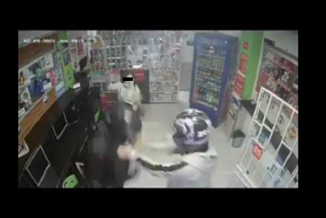 Video: Niña evita asalto con un machete y defiende a su mamá
