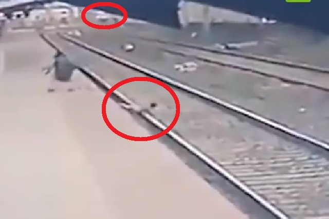 Tremendo susto: niño cae a vías del tren y un hombre lo salva de morir