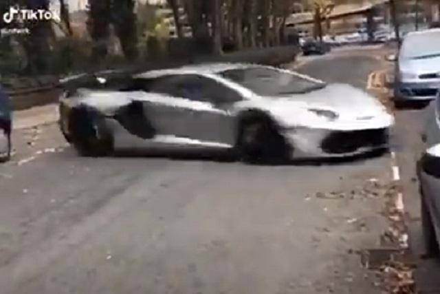 Video: Impresiona maniobra de Lamborghini para escapar de policía