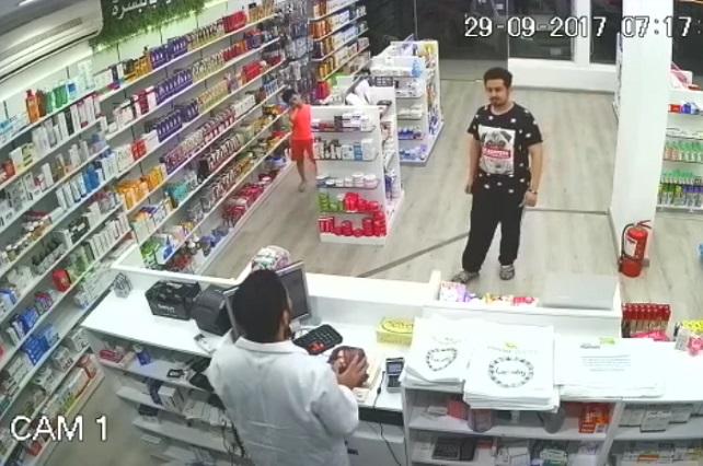 Indigna video de hombre que roba un negocio con la ayuda de un niño