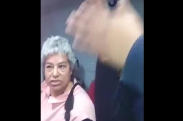 Guardia del Metrobús intenta bajar a mujer de la tercera edad