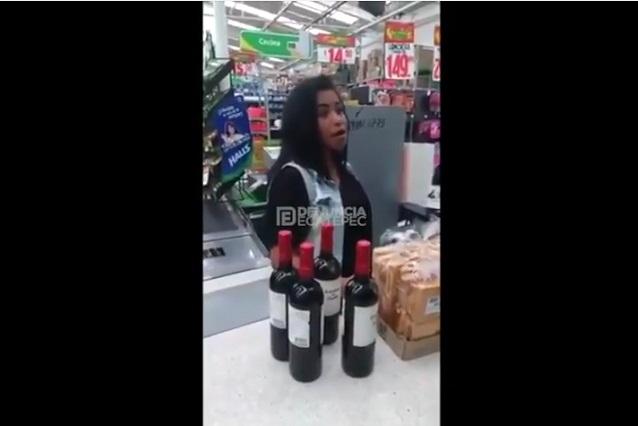 VIDEO Mujer intentó robar 4 botellas de vino escondidas en su ropa