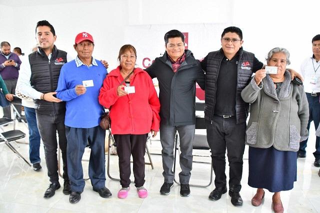 Reciben abuelitos de Coronango visas para visitar a sus hijos en EU