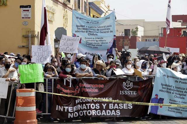 Empañan protestas los eventos de AMLO en Puebla y Cholula