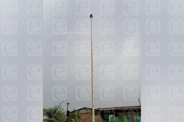 Muere joven que subió a palo de voladores en Ayotoxco