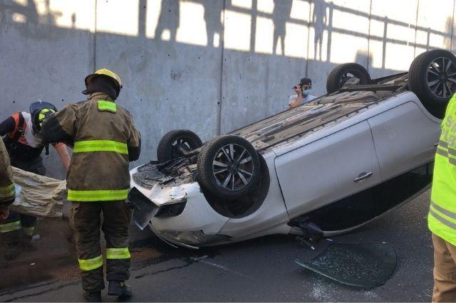 Volcadura deja cuantiosos daños en viaducto de la CAPU
