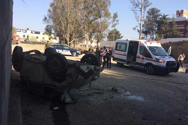 Se vuelca vocho en bulevar Vicente Suárez y quedan dos heridos