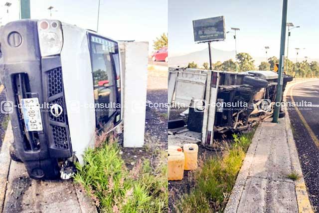 Vuelca camioneta del Ayuntamiento de Puebla en el Periférico Ecológico