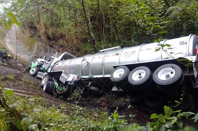 Pipa cae a barranco de 30 metros en la autopista México-Tuxpan