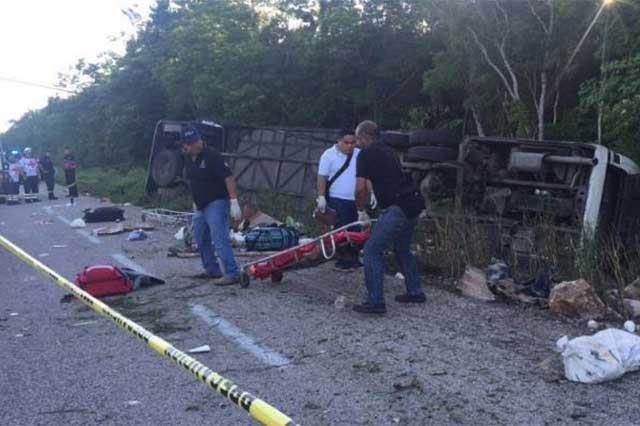 Se vuelca camión que viajaba a Cancún y mueren 12 personas