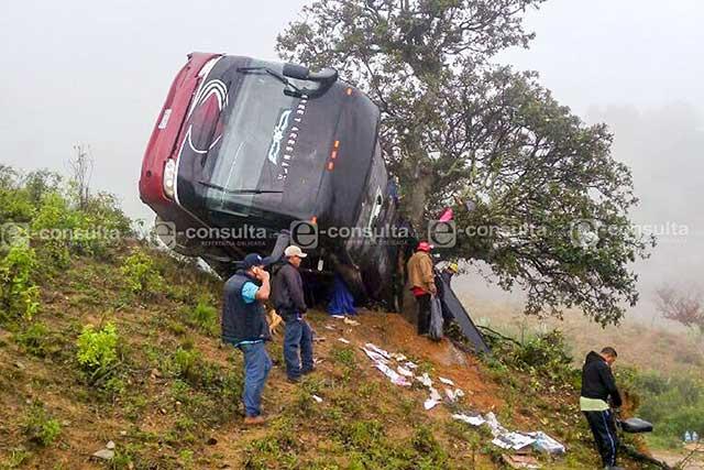 Vuelca camión de grupo musical en Coxcatlán y deja 19 heridos