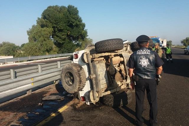 Resguarda la Marina un Jeep volcado en la Puebla-Orizaba