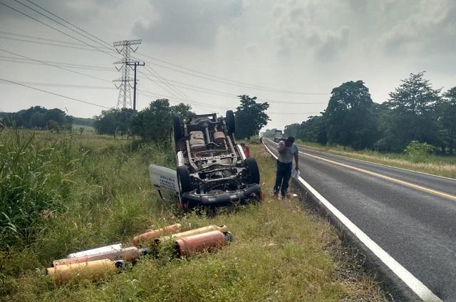 Vuelca camioneta con tanques de gas LP en Venustiano Carranza