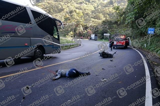 Vuelca autobús Unión Serrana en Xicotepec y mata a motociclista