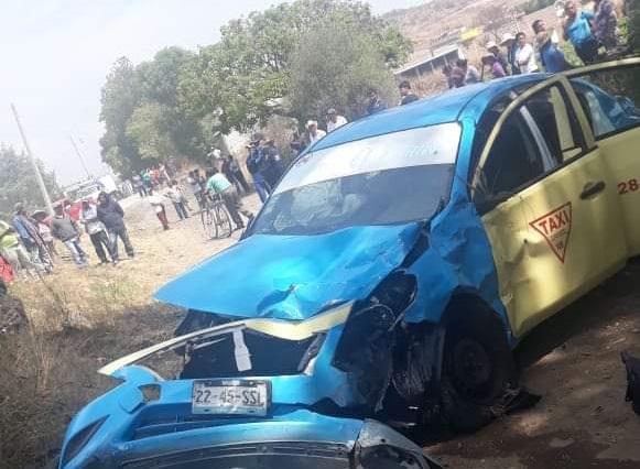 Mujer roba taxi en Atlixco y muere tras volcadura