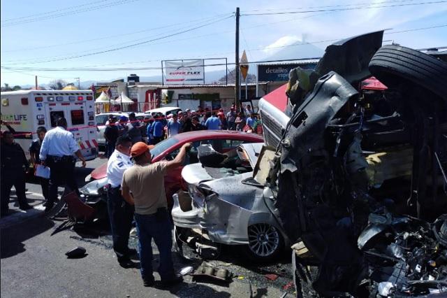 Camión con jitomate aplasta vehículos en la Atlixco-Izúcar