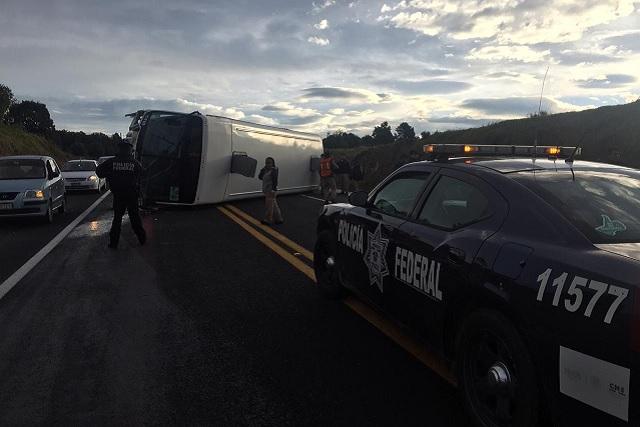 Vuelca transporte de personal en la zona Audi; hay 3 heridos