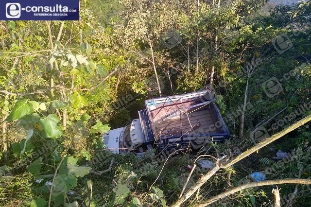Vuelca camioneta de redilas en Huauchinango con 28 campesinos