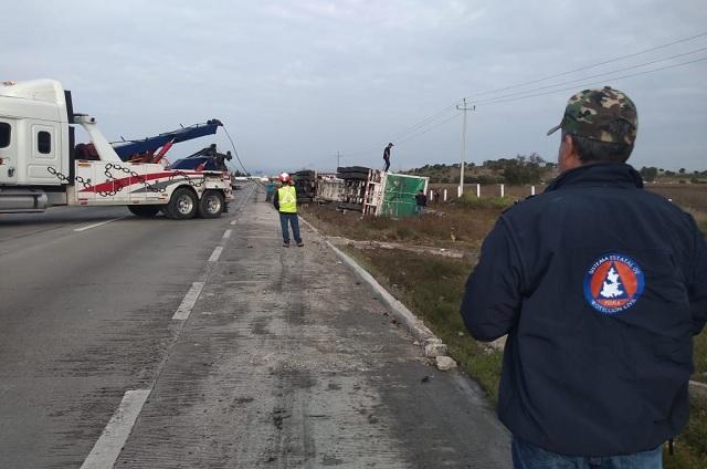Tráiler con contenedores de gas se vuelca en la Puebla-Orizaba