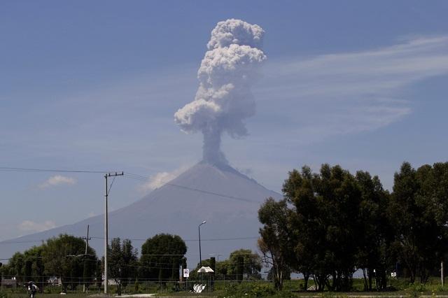 18 explosiones y 105 exhalaciones registra el Popocatépetl