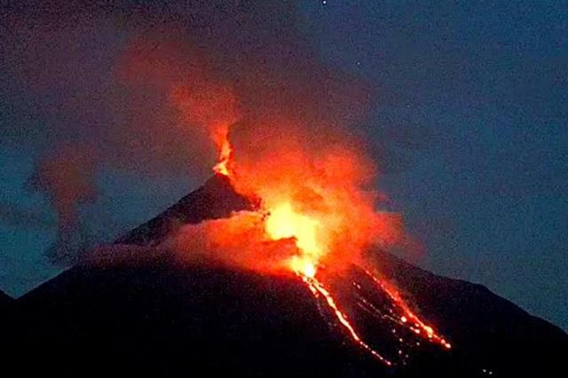 El volcán de Colima continúa derramando material incandescente