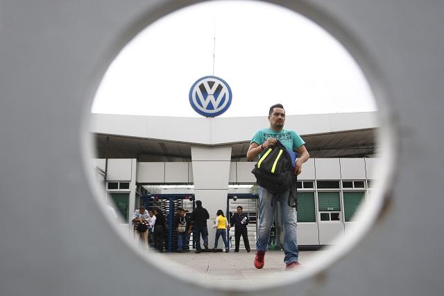A mitad de salario van 9 mil empleados de proveedoras por paro en VW