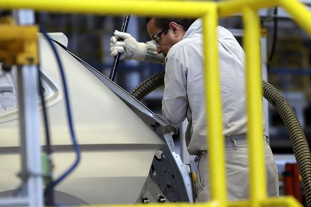VW produce menos autos pero exporta más, en relación a 2019
