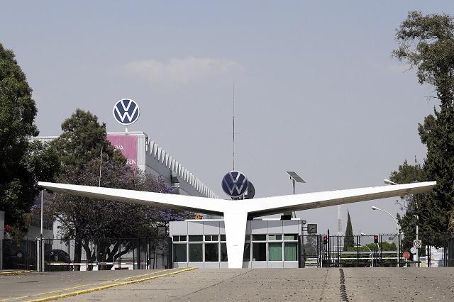VW sigue sin despidos pero le urge reanudar la producción