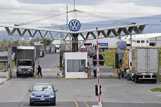 Presunto despido injustificado genera conflicto VW-sindicato