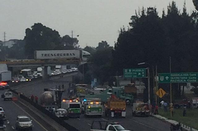 Pipa se voltea con 46 mil litros de diésel en la autopista México-Puebla