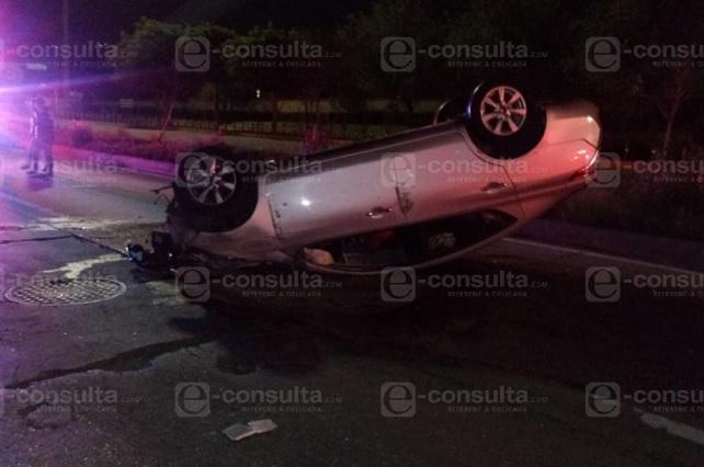Muere automovilista por volcadura en Vía Atlixcáyotl