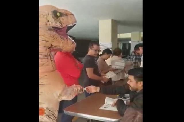 Alguien llegó a su casilla a votar ¡usando un disfraz de dinosaurio!