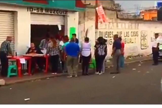 Una mujer encara a un grupo de persona que venden su voto en Ecatepec