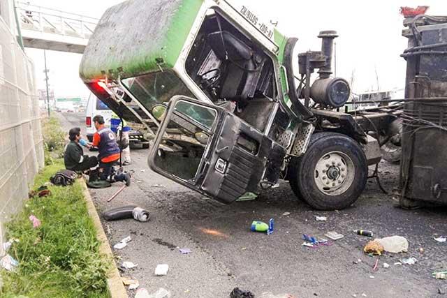 Vuelca camión recolector de basura en el Periférico; hay 2 heridos