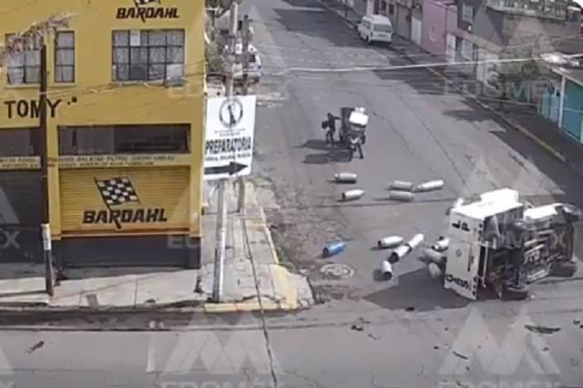 Vuelca camión con cilindros de gas en calles del Edomex: Video