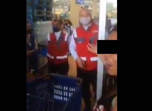 Video: Personas sin cubrebocas arman escándalo en Walmart