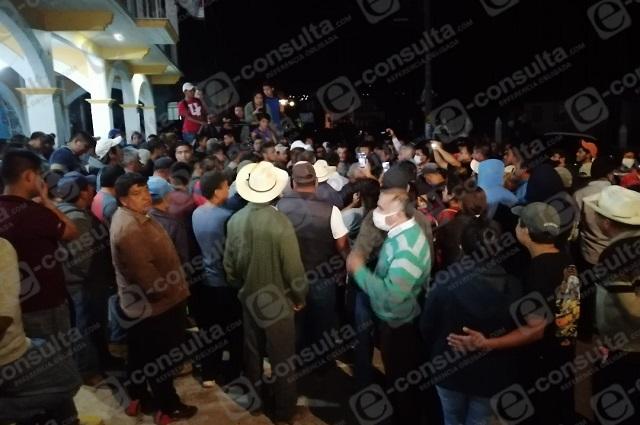 Retienen a policía en Zacapoaxtla para exigir liberación de detenidos