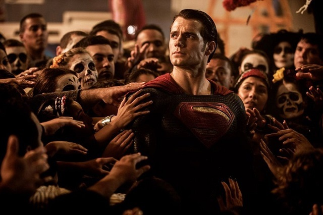 Warner Bros. Aún no le quita la capa de Superman a Henry Cavill
