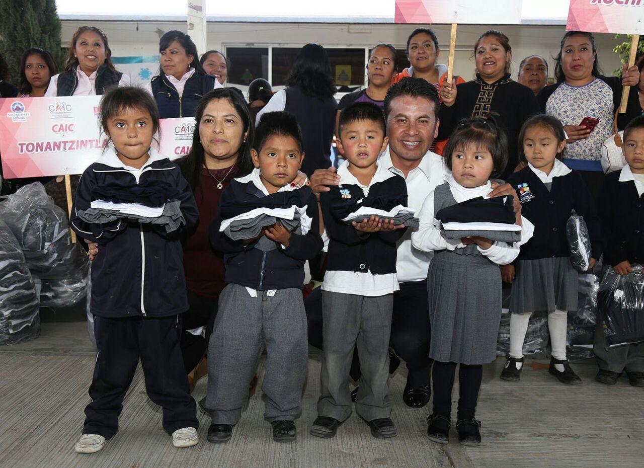 Entregan uniformes escolares a niños sanandreseños