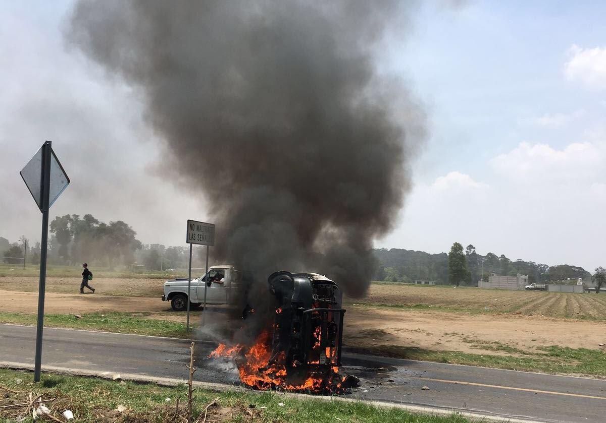 Pobladores de San Lucas El Grande incendian vehículo que atropelló a moticiclistas