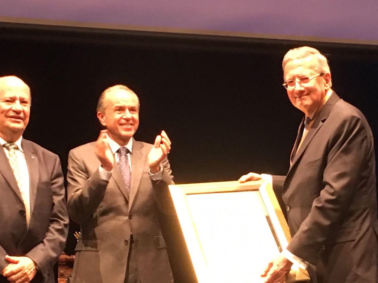 Recibe Ruiz Argüelles Doctorado Honoris Causa de la UASLP