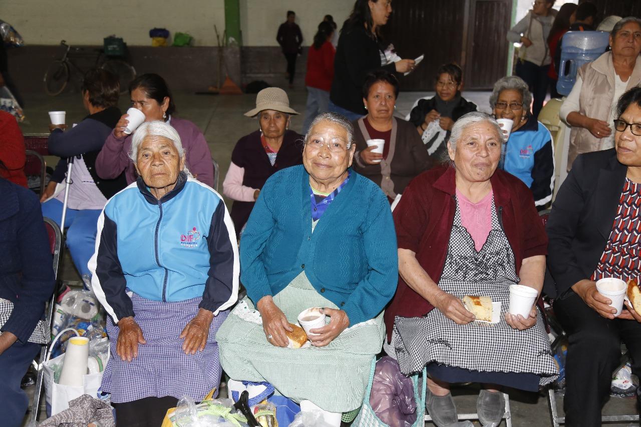 Entregan despensas a adultos mayores en San Andrés Cholula
