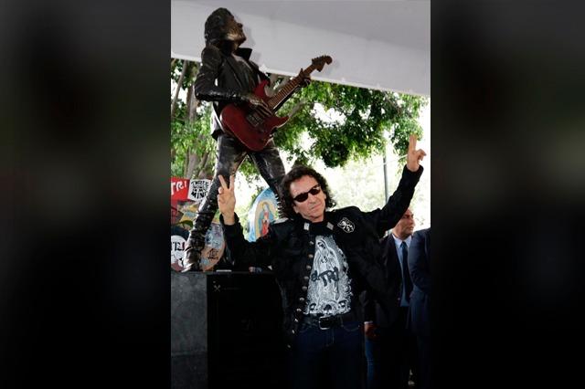 Se 'orgasmea' Alex Lora de felicidad con estatua en Puebla