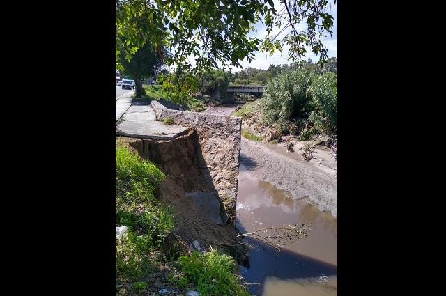 Suman un mes sin resolver daños en puente del río Alseseca