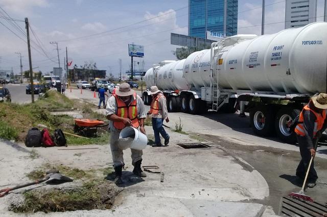 Limpia gobierno del estado alcantarillas en Vía Atlixcáyotl